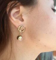 Серьги Dior в ушах.jpg