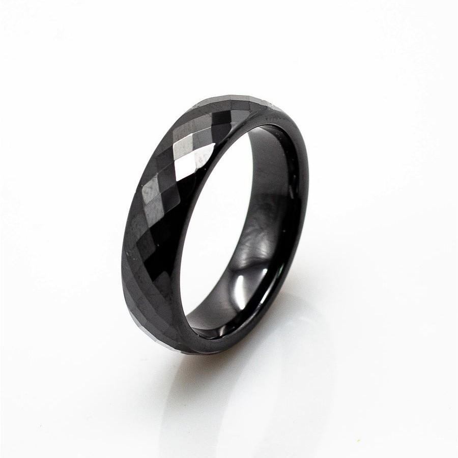 Черное кольцо с гранями