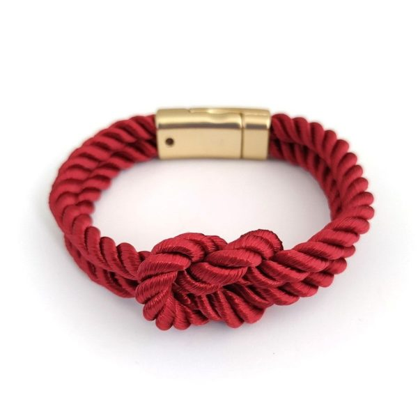 Браслет на руку в виде красного каната с золотистой застёжкой