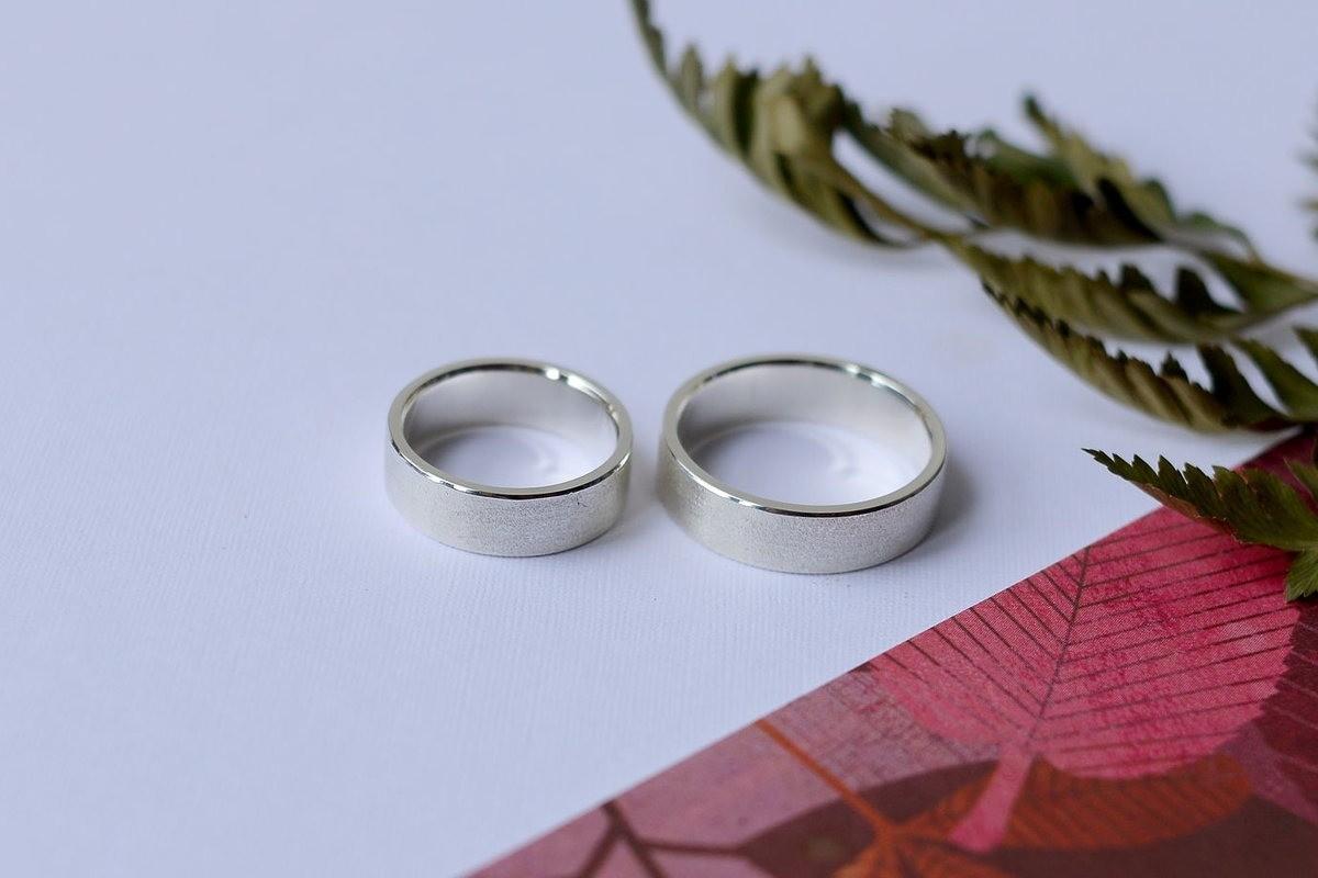 Два серебряных обручальных кольца