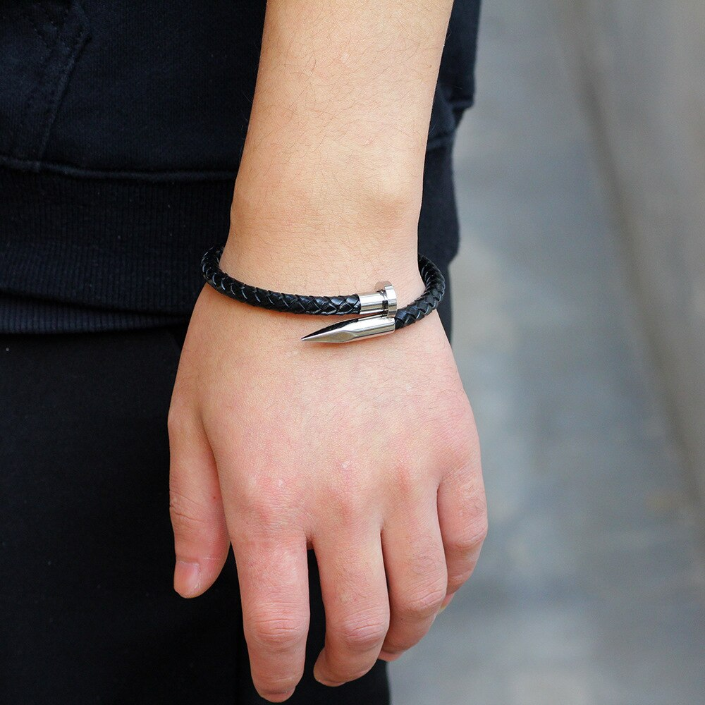 Браслет в виде гвоздя на руке