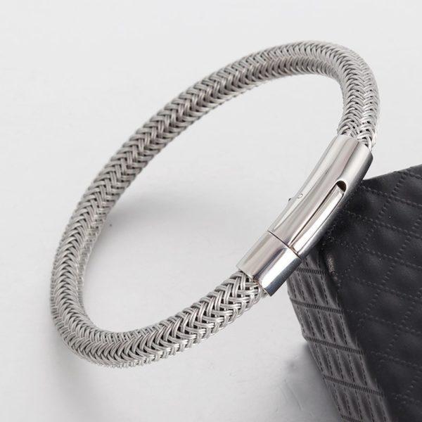 Серебристый браслет из стали плетеный