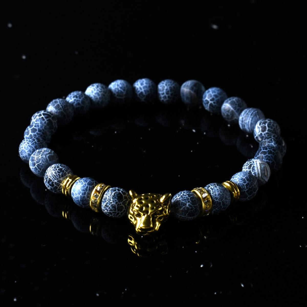 Женский браслет из бусин синего цвета с золотистыми вставками