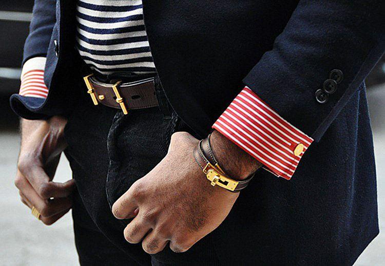Мужчина с кожаным браслетом на руке