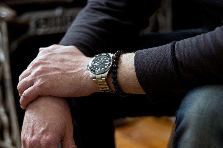 Мужской браслет на руке с часами