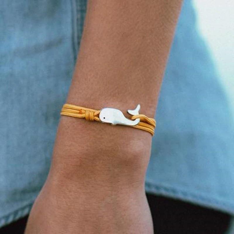 Браслет горчичного цвета с Китом на руке