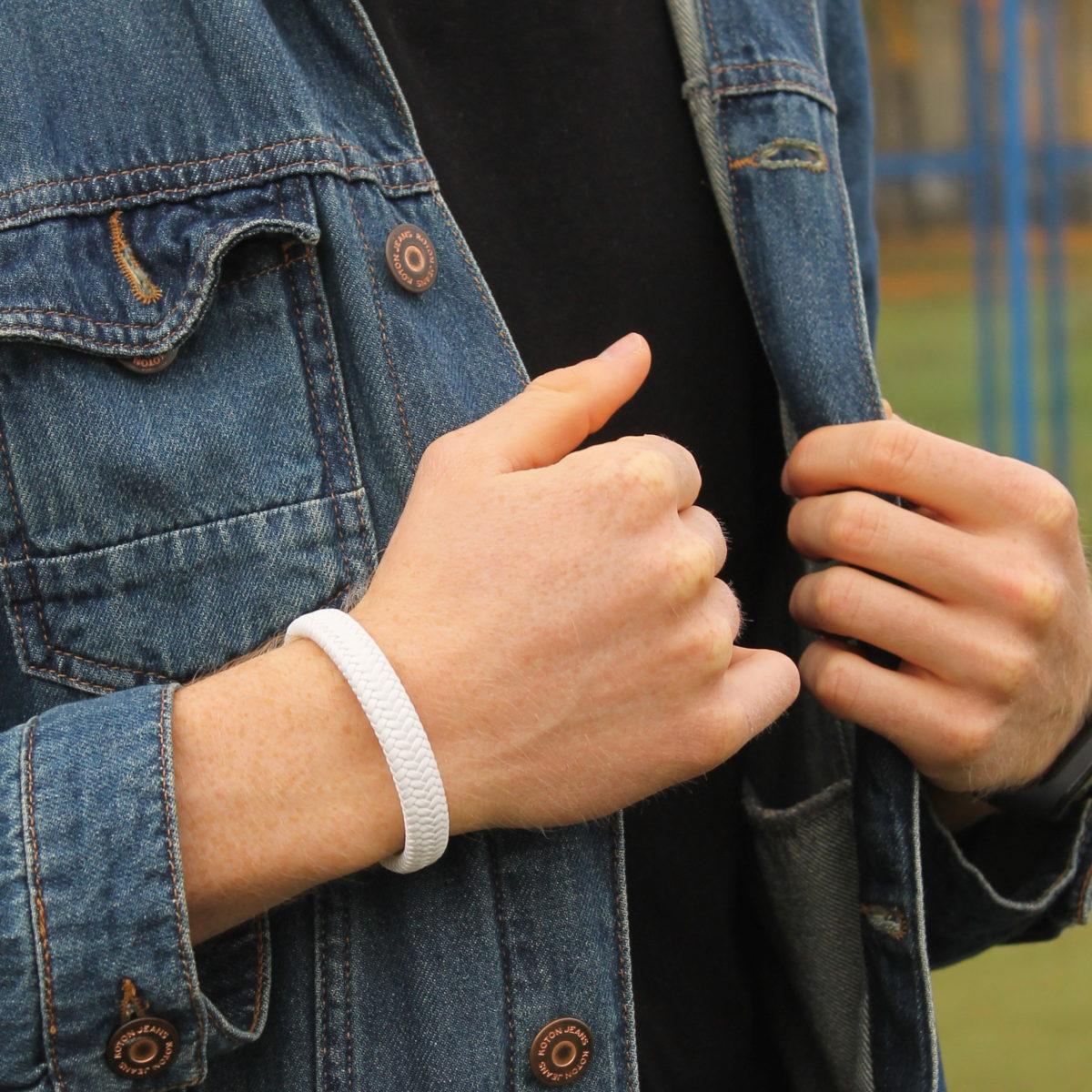 Белый плетеный из кожи браслет на руке
