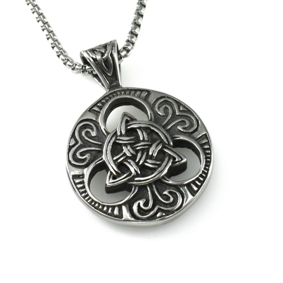 Мужской медальон серебристого цвета
