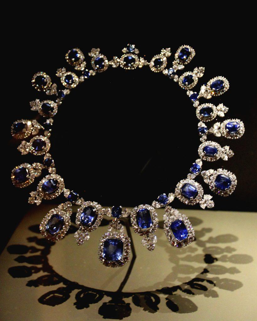 Ожерелье золотого цвета с синими драгоценными камнями