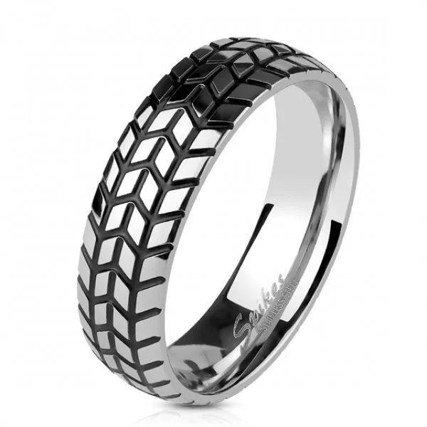 Серебристое кольцо в виде автомобильной шины