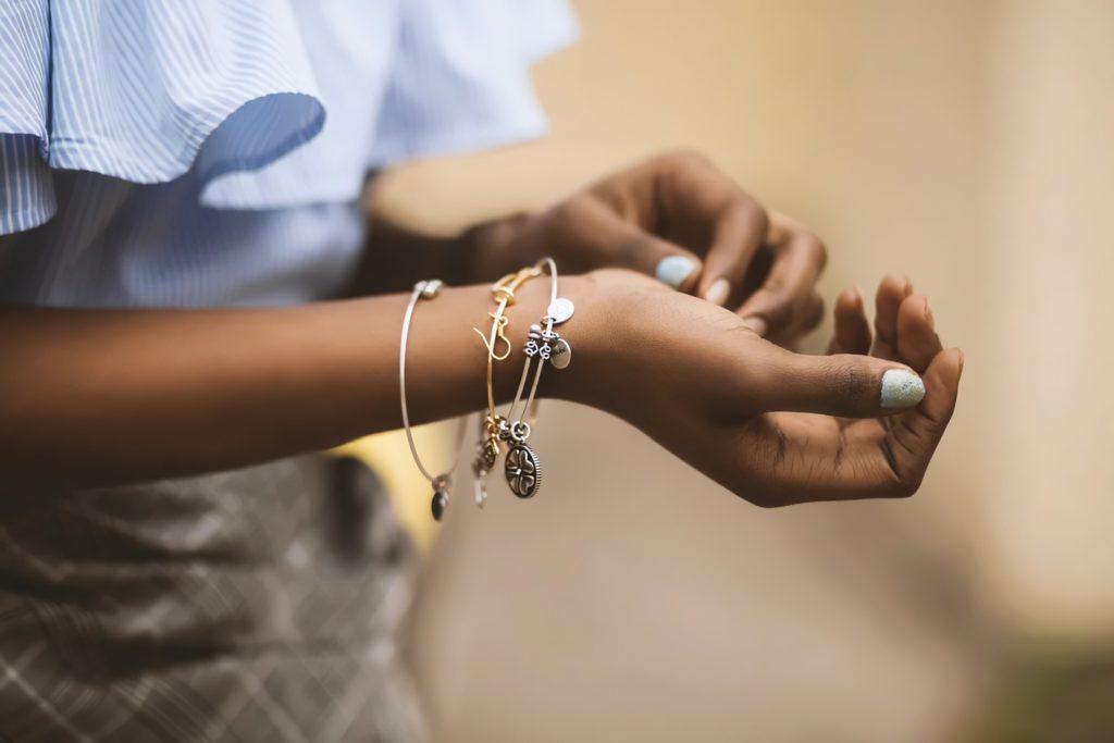 Золотой и серебряный браслет на руке