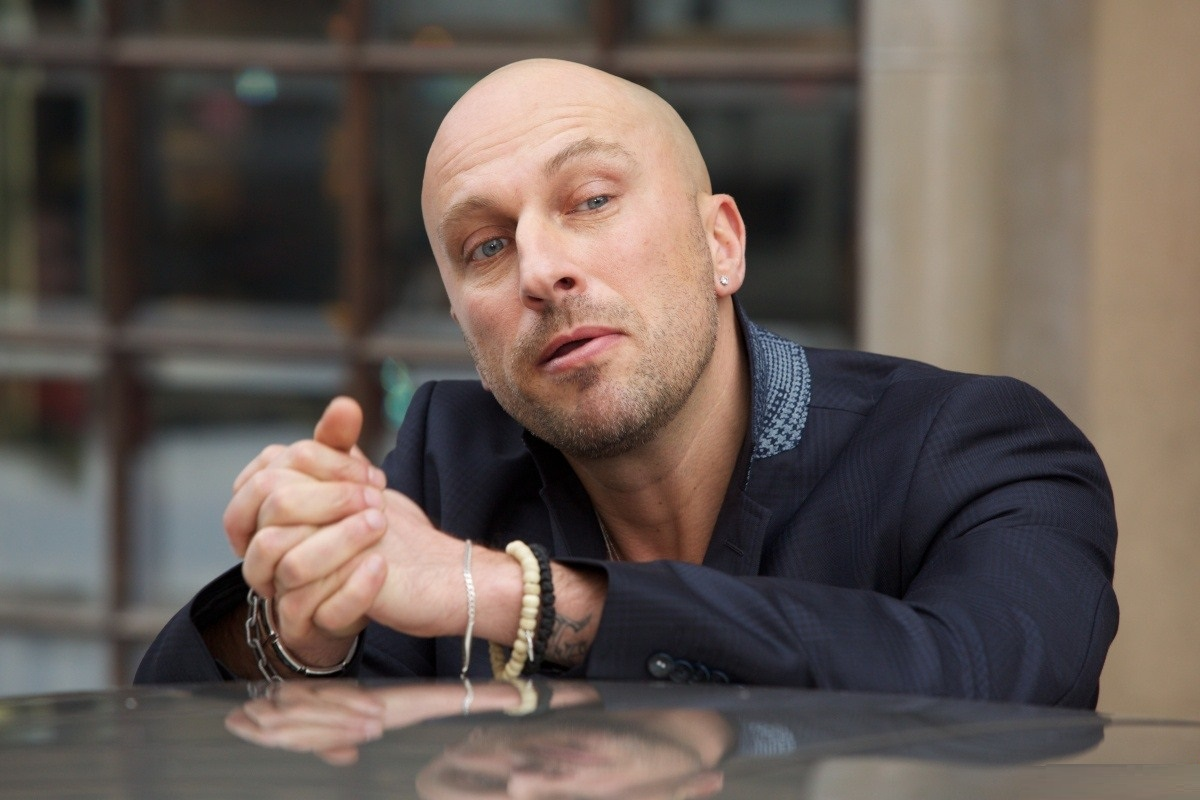 Дмитрий Нагиев с браслетами на руках