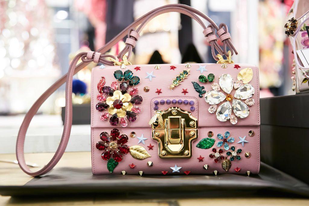 Яркая розовая женская сумочка