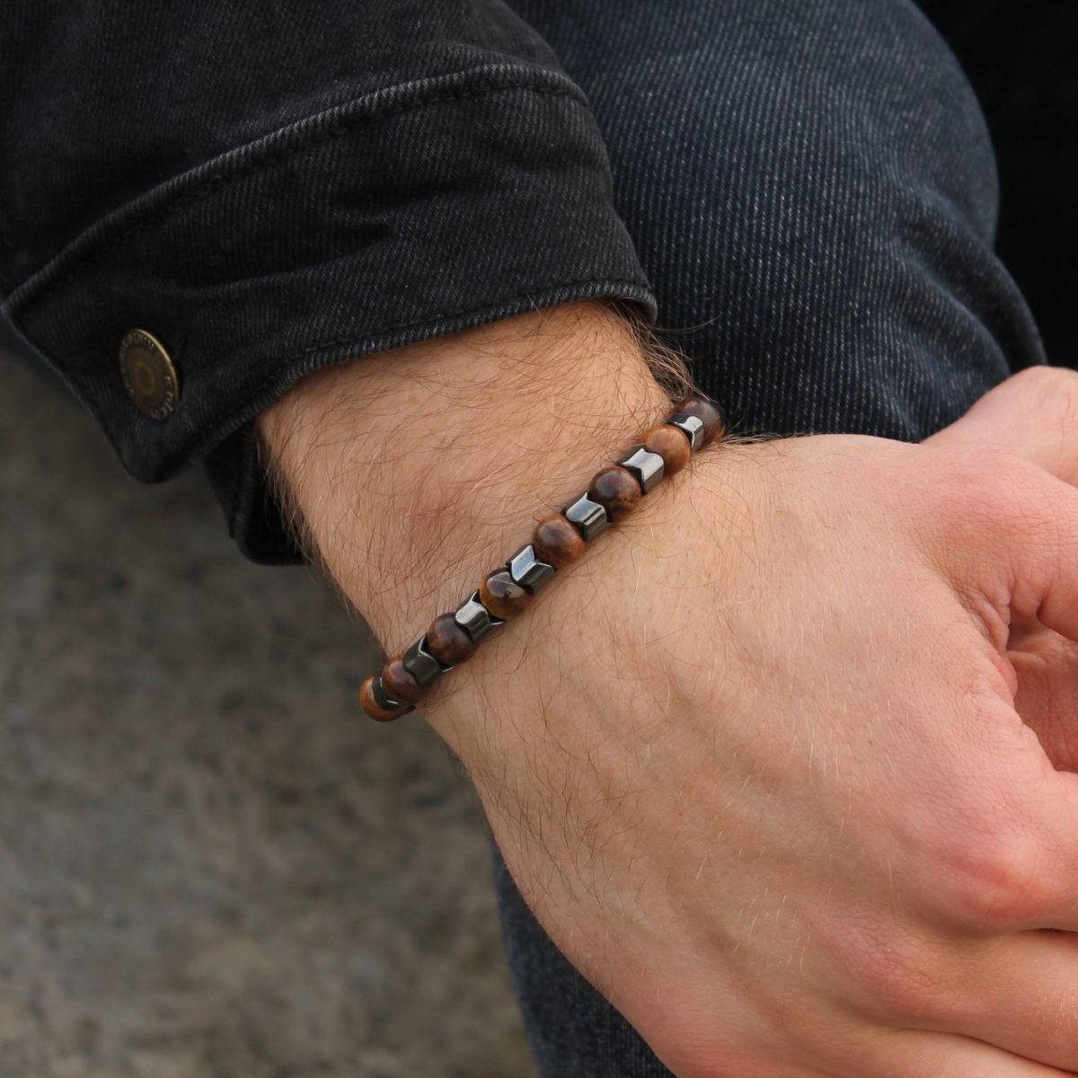 Браслет из бусин на мужской руке