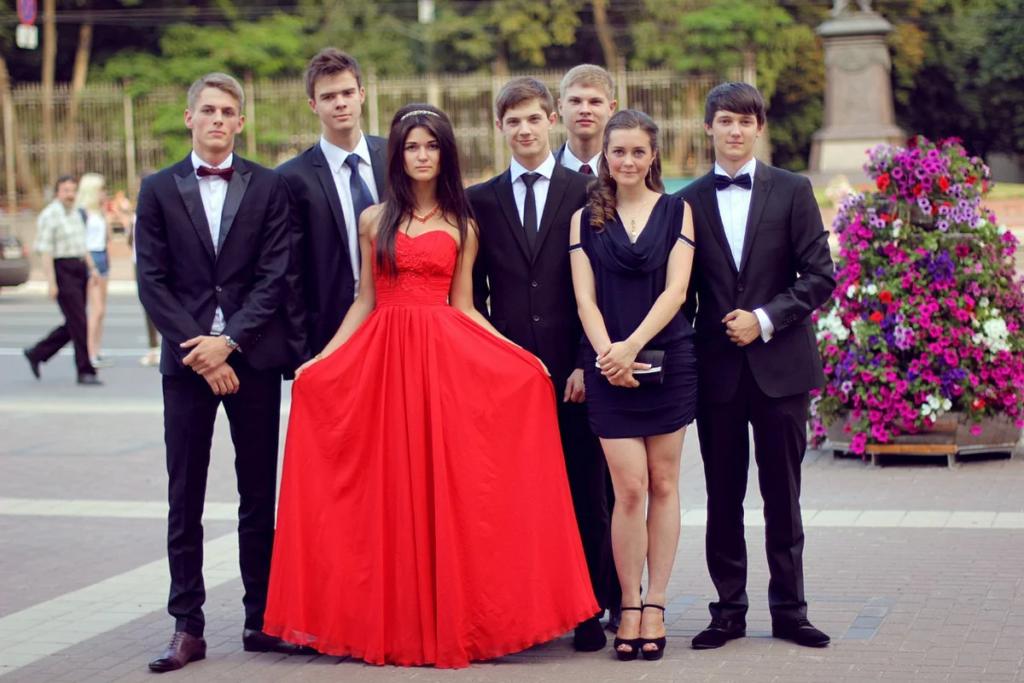 Девушка в красном платье на выпускном вечере