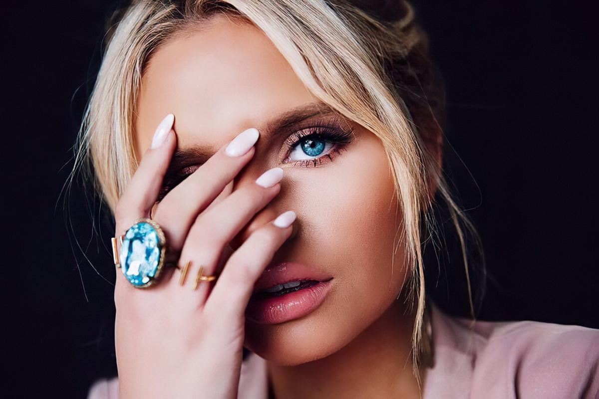 Девушка с голубыми глазами и кольцом с камнем топаз