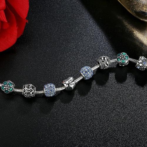 Красивый браслет в шармами