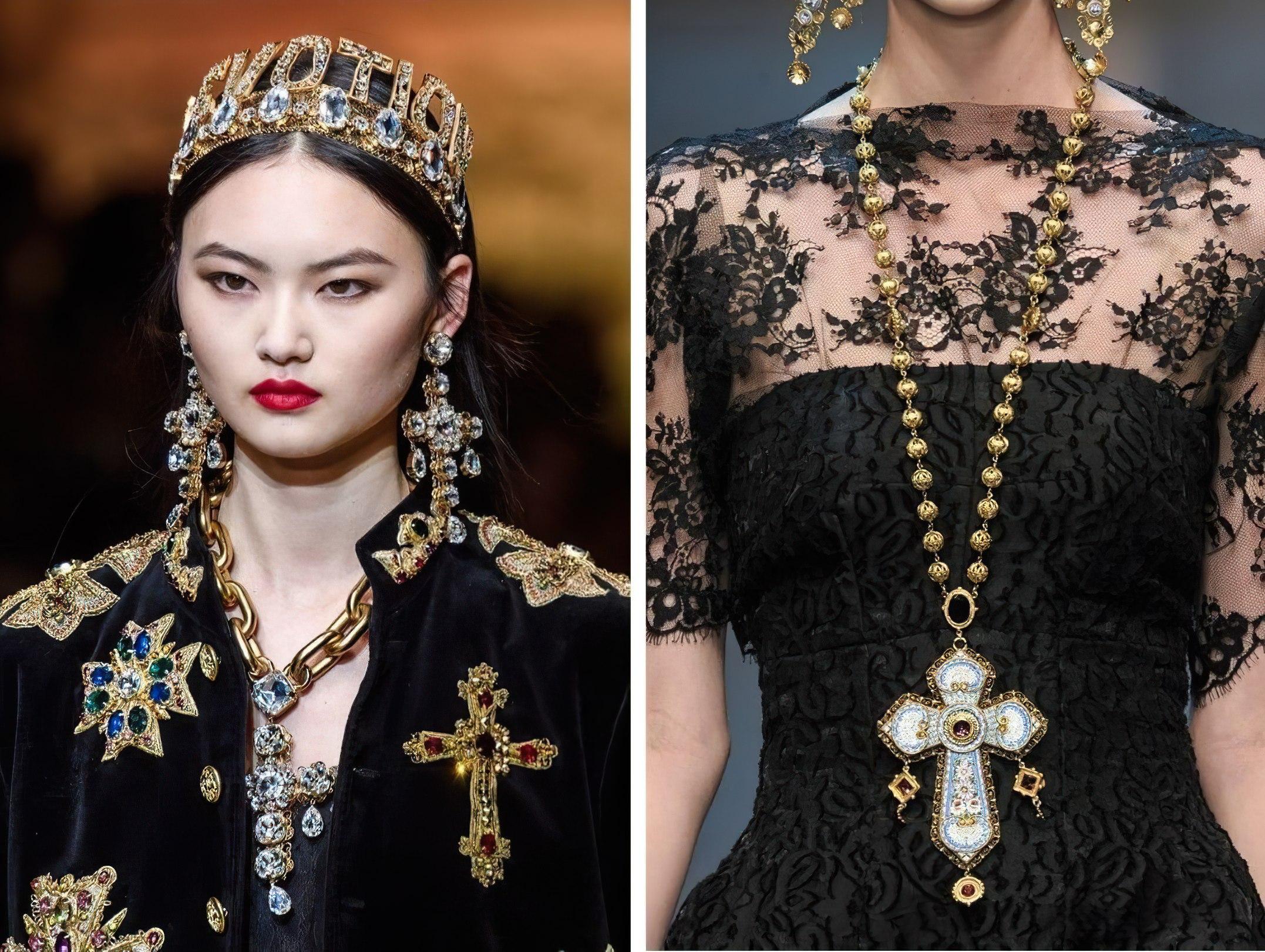 Модный показ с большим крестом